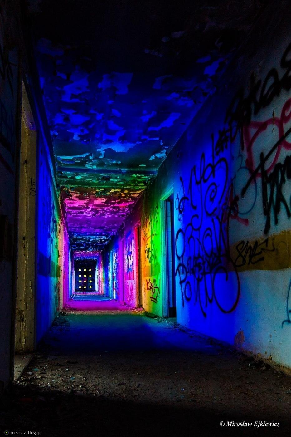 Psychodeliczny korytarz.