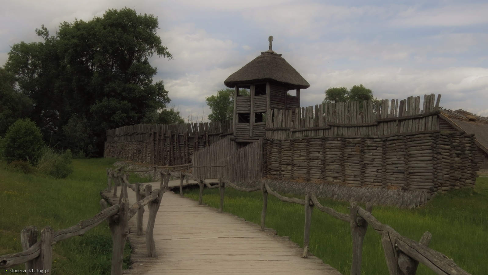 Biskupin - Muzeum Archeologiczne: gród z okresu kultury łużyckiej i wioska wczesnopiastowska